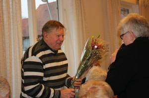 avgående revisor Olle Petterson får blommor av May-Lis Rombo 145526861881993500 resized