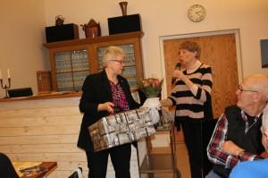nya ordförande Margaretha Westerberg-Jansson tackar avgåede ordf May-Lis Rombo med blommor o sto145526844892612700 resized